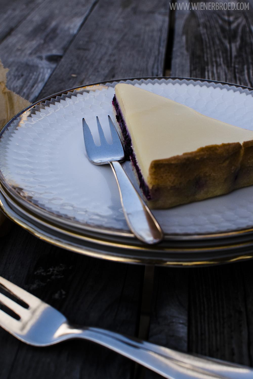 Rezept für eine Beeren-Trüffel-Tarte / Recipe for a berry truffle tarte [wienerbroed.com] Zart schmelzender Trüffel mit fruchtiger Beerenfüllung auf einem herrlich mürben Teig / Perfectly melting truffle on a frutiy berry filling on pie crust