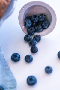 Blaubeer-Vanille-Streuselkuchen, saftiger Vanille-Rührteig mit Blaubeeren getoppt von knusprige Streusel / Blueberry vanilla streusel cake, juicy vanilla cake with blueberries topped with crunchy streusel [wienerbroed.com]