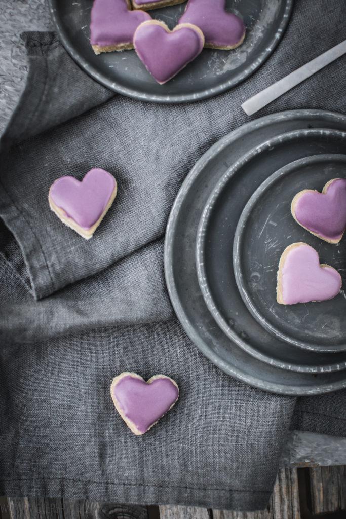 Calissons, kleine Marzipanhäppchen mit Zuckerguss und Aprikosenmarmelade nach französischem Rezept / Calissons, small marcipan bites with icing and apricto jam, French recipe [wienerbroed.com]
