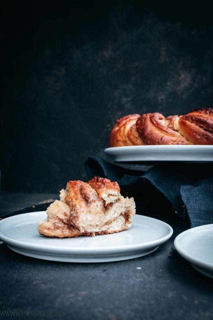 Zimt-Marzipan-Hefekranz, einen fluffigen und saftigen Hefeteig-Kranz mit Marzipan- und Zimt-Zucker-Füllung / Cinnamon marcipan wreath, fluffy and juicy yeast dough wreath with a marcipan and sugar-cinnamon filling [wienerbroed.com]
