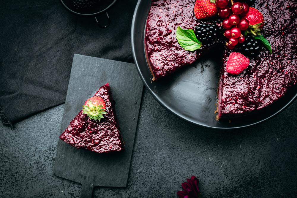 Rezept für Beeren-Joghurt-Torte, No bake-Törtchen mit Beeren-Mischung und viel Joghurt, perfekt für den Sommer aus dem Kühlschrank / Berry yoghurt cake [wienerbroed.com]
