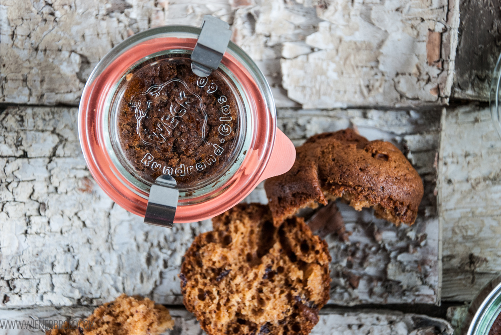 Taatelikakku, finnischer Dattelkuchen mit Zimtsahne / Taatelikakku, Finnish date cake with cinnamon whipped cream [wienerbroed.com]
