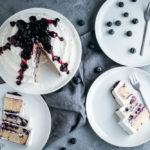 Blaubeer-Torte mit weißem Schokoladenfrosting, saftiger Rührteig mit Blaubeeren umhüllt von leckerem Frosting mit weißer Schokolade als kleine mehrstöckige Torte / Blueberry cake with white chocolate frosting [wienerbroed.com]