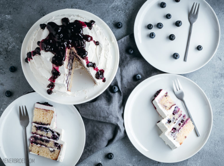 Blaubeer-Torte mit weißem Schokoladenfrosting – Eine Torte zum Bloggeburtstag. Und Geschenke!