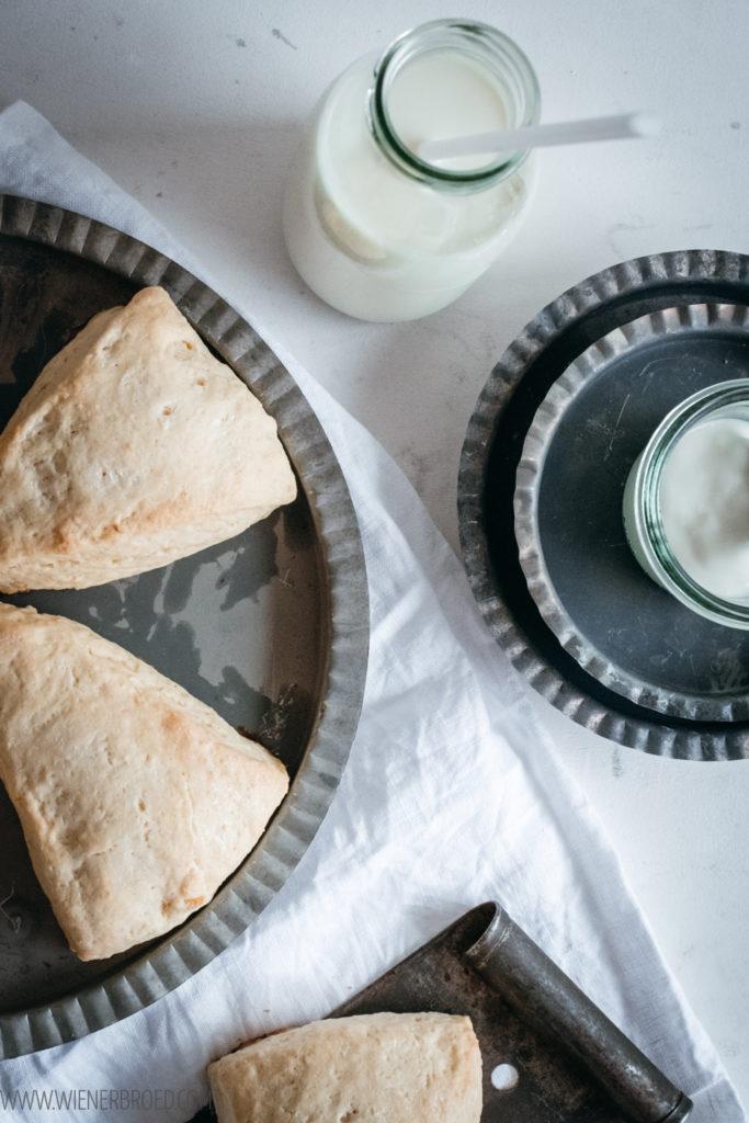 Scones, klassisches, britisches Gebäck zur Teatime, einfaches und schnelles Rezept / Scones, classic British pastry for teatime, easy and quick recipe [wienerbroed.com]