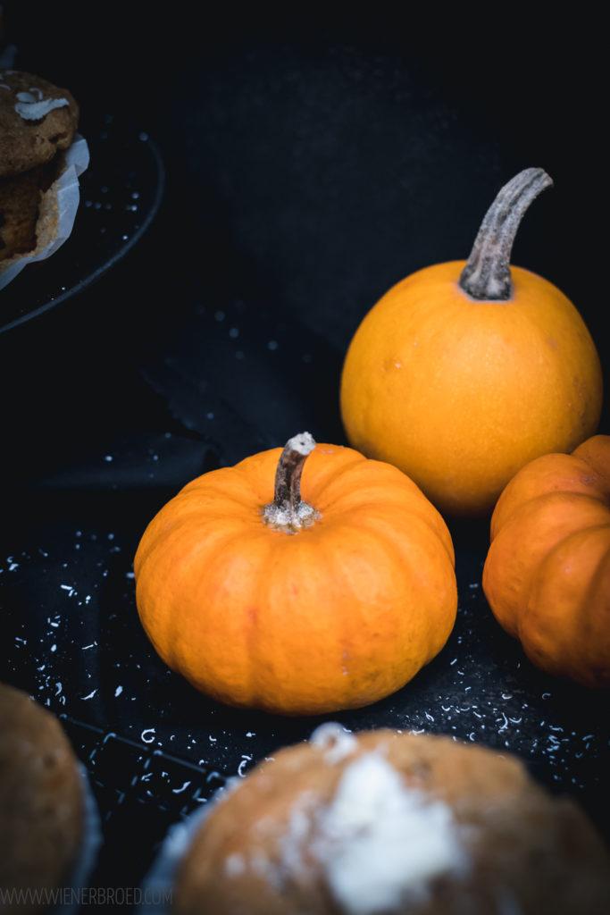 Kürbis-weiße Schokolade-Mufiins,fluffige, saftige Muffins mit Butternut-Kürbis, weißer Schokolade und herbstlichen Gewürzen / White chocolate pumpkin spice muffins [wienerbroed.com]