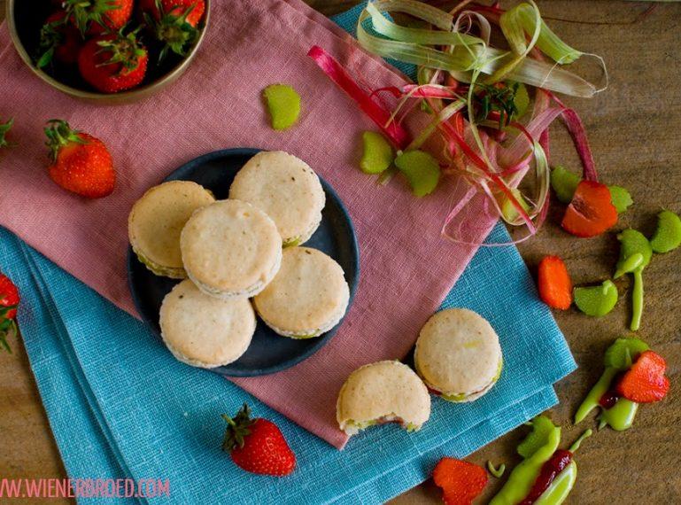 Vanille-Macarons mit Rhabarber-Erdbeer-Füllung – Rhabarber & Erdbeeren… & Vanille. Hach…
