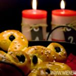 Lussekatter, traditionelles Safran-Gebäck zum schwedischen Luciafest / Lussekatter, traditional saffron treat for the Swedish Lucia's Day [wienerbroed.com]