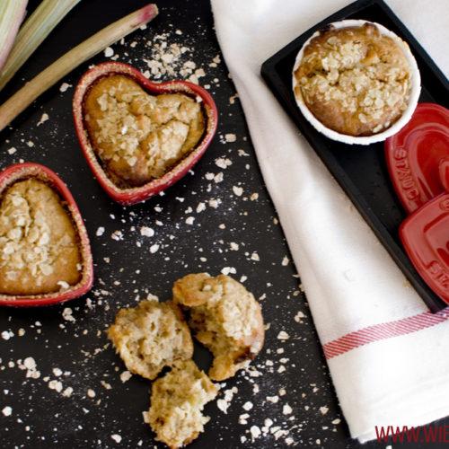 Rezept für Rhabarber-weisse Schokolade-Tonkabohne-Hafer-Muffins, saftige Muffins mit feiner Tonka-Note / Rhubarb white chocolate oat muffins with tonka bean [wienerbroed.com]