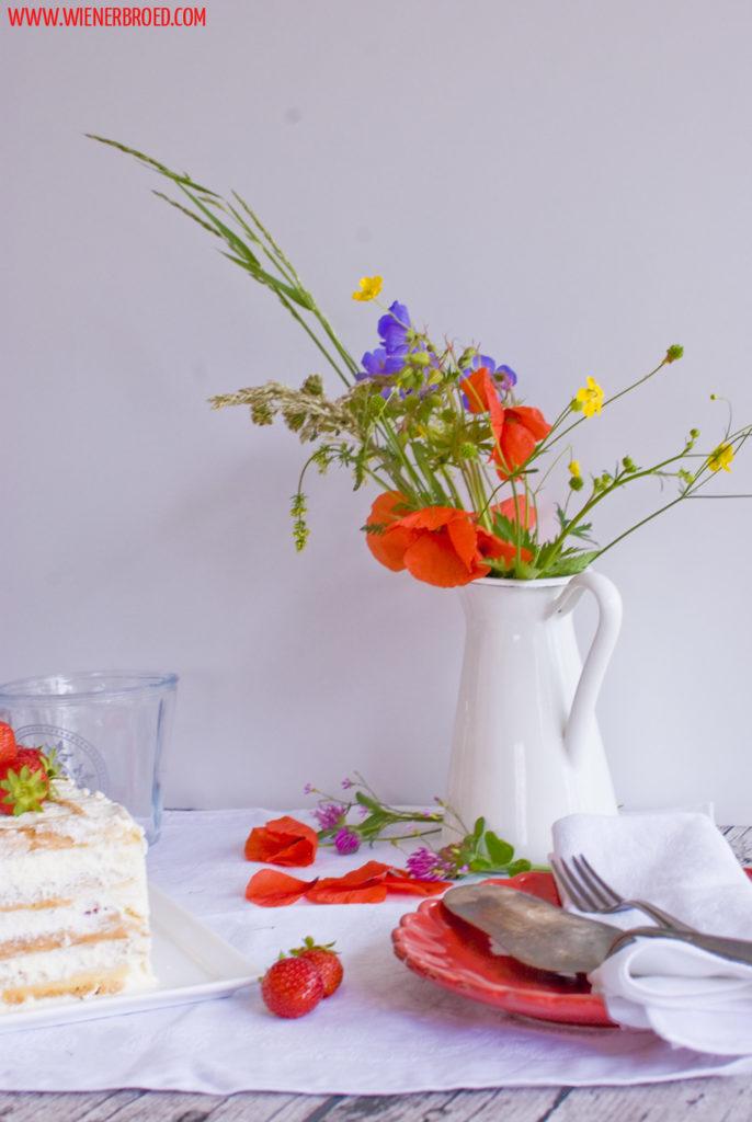Rezept für Erdbeer-Biskuitwaffel-Torte, die klassische schwedische Jordgubbstårta einmal anders, mit Sahne, Erdbeeren und Lemon Curd, einfaches Rezept / Strawberry sponge cake waffle like Swedish Midsommar delicacy [wienerbroed.com]
