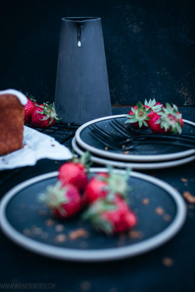 Rezept für Erdbeer-Eierlikör-Kuchen, saftiger Rührteig mit Eierlikör, Zuckerguss und in Sirup gekochte Erdbeeren / Strawberry advocaat cake [wienerbroed.com]