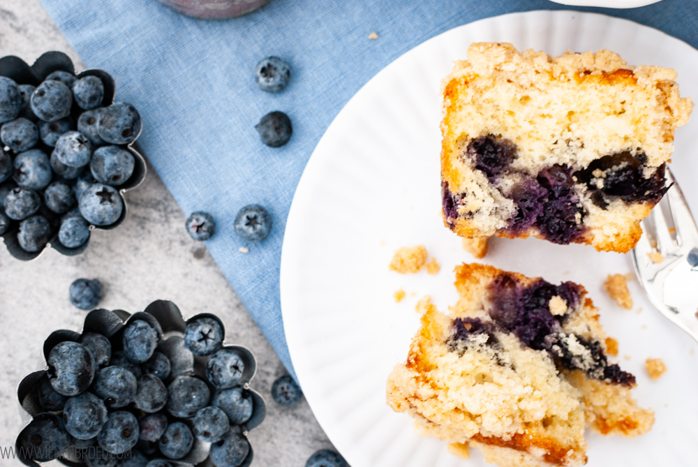 Rezept für Blaubeer-Streusel-Kuchen im Glas, kleine Rührteig-Küchlein mit Blaubeeren und Streuseln im Einmachglas / Blueberry streusel cakes bakend in a jar [wienerbroed.com]v