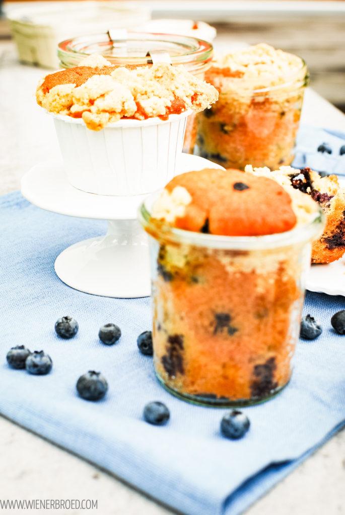 Rezept für Blaubeer-Streusel-Kuchen im Glas, kleine Rührteig-Küchlein mit Blaubeeren und Streuseln im Einmachglas / Blueberry streusel cakes bakend in a jar [wienerbroed.com]