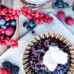 """Rezept für rote Grütze mit Sahne, dem dänischen Klassiker """"Rødgrød med flød"""", einfaches Rezept für frische oder Tiefkühl-Beeren / Danish red berry jelly with cream [wienerbroed.com]"""