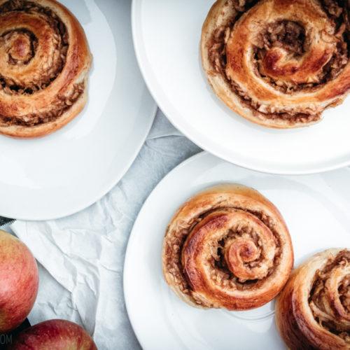 Apfel-Zimt-Schnecken, leckere Schnecken aus fluffigem Hefeteig mit saftiger Füllung aus Äpfeln, Zimt und etwas Karamell / Apple cinnamon buns, tasty rolls medo of fluffy yeast dough with juicy filling with apples, cinnamon and a bit of caramel [wienerbroed.com]