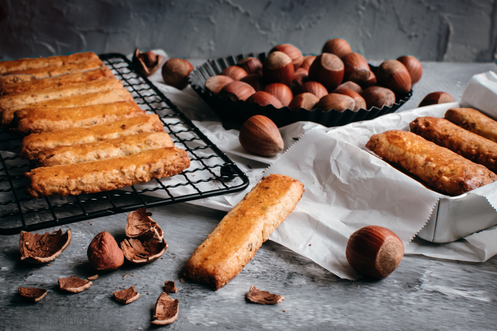 Nuss-Stängeli, kleine knusprig-harte Kekse aus Haselnüssen, ein Schweizer Klassiker / Nut stems, little crispy hard cookies made of hazelnuts, a Swiss classic [wienerbroed.com]