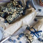Rezept für einen Haferflocken-Blaubeer-Kuchen, kernigen Haferflocken-Kuchen mit fruchtiger Blaubeer-Füllung / Oat blueberry cake [wienerbroed.com]