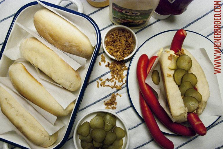 Rezept für Hotdog-Brötchen / Recipe for Hot Dog buns [wienerbroed.com] Saftige Brötchen für dänische Hotdogs nach dem Rezept von Claus Meyer / Soft buns for Danish Hot Dogs made after a recipe of Claus Meyer
