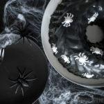 Rezept für einen Oreo-Gugelhupf zu Halloween / Recipe for an Oreo bundt cake for Halloween [wienerbroed.com] Tiefschwarzer Halloween-Kuchen mit zerkrümelten Oreo-Keksen und Vanille, deep black Halloween cake with crumbs of Oreo cookies