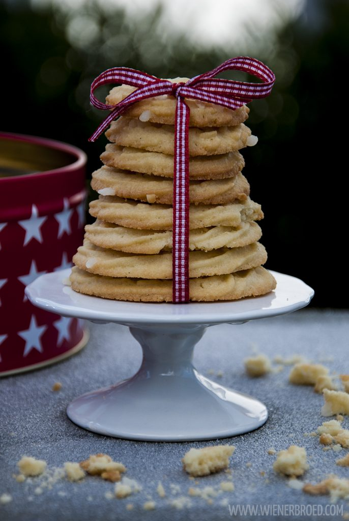 Vaniljekranse, dänische Vanillekränze, knusprige Klassiker der dänischen Weihnachtszeit, perfekt für 'julhygge' / Vaniljekranse - Danish vanilla wreaths, a crispy classic during Danish christmas time, perfect for 'julhygge [wienerbroed.com]