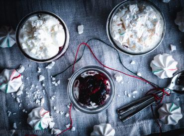 Jetzt sind es nur noch wenige Tage bis Heiligabend und die ein oder anderen fragen sich immer noch, was es an Weihnachten zu Essen geben soll. Wie gut, dass es da den Adventskalender von SweetPie gibt, zumindest in Dessert-Hinsicht. Und heute darf ich bei Nadine das Türchen füllen und bringe euch eine tiptop Last-Minute-Dessert-Idee mit. […]