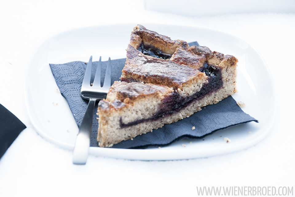 "Rezept für eine Linzer Tarte und Vorstellung des Buches ""Bake & the city"" von Tobias Müller aka Der Kuchenbäcker / Recipe for a Linz Tart and presentation of the baking book ""Bake & the city"" of Tobias Müller aka ""Der Kuchenbäcker"" [wienerbroed.com] Variante des Klassikers Linzertorte mit Kirschkonfitüre / Version of the classic cake with cherry"