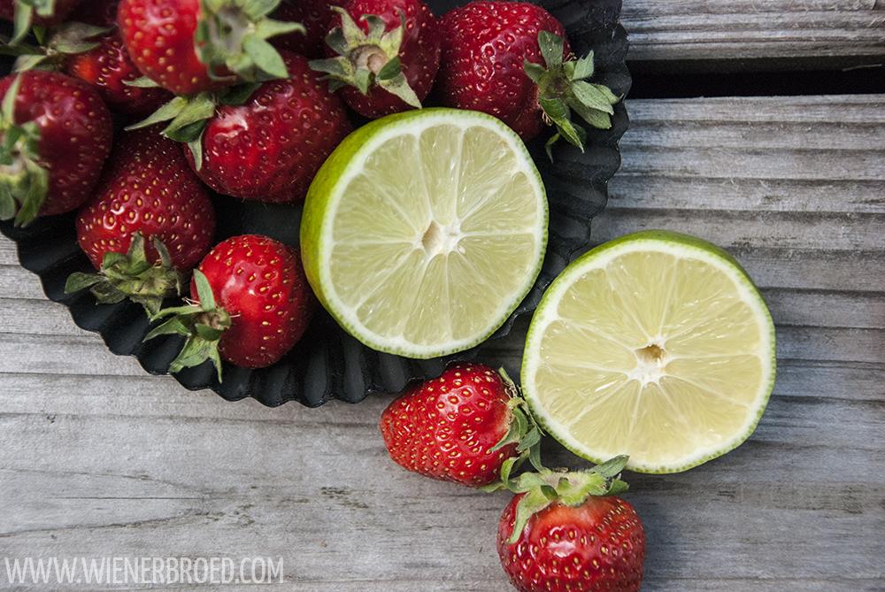 Erdbeer-Daiquiri-Schnitten, leckerer Mürbeteig mit einem Belag aus Erdbeer-Daiquiri. Schmeckt natürlich auch aus dem Kühlschrank! | Strawberry Daiquiri Bars