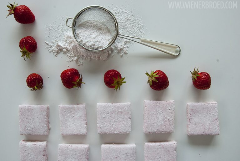 Erdbeer-Marshmallows - Rezept für erdbeerigste Marshmallows, das das ganze Jahr machbar ist [wienerbroed.com] Recipe for strawberry marshmallows, you can make them all year round
