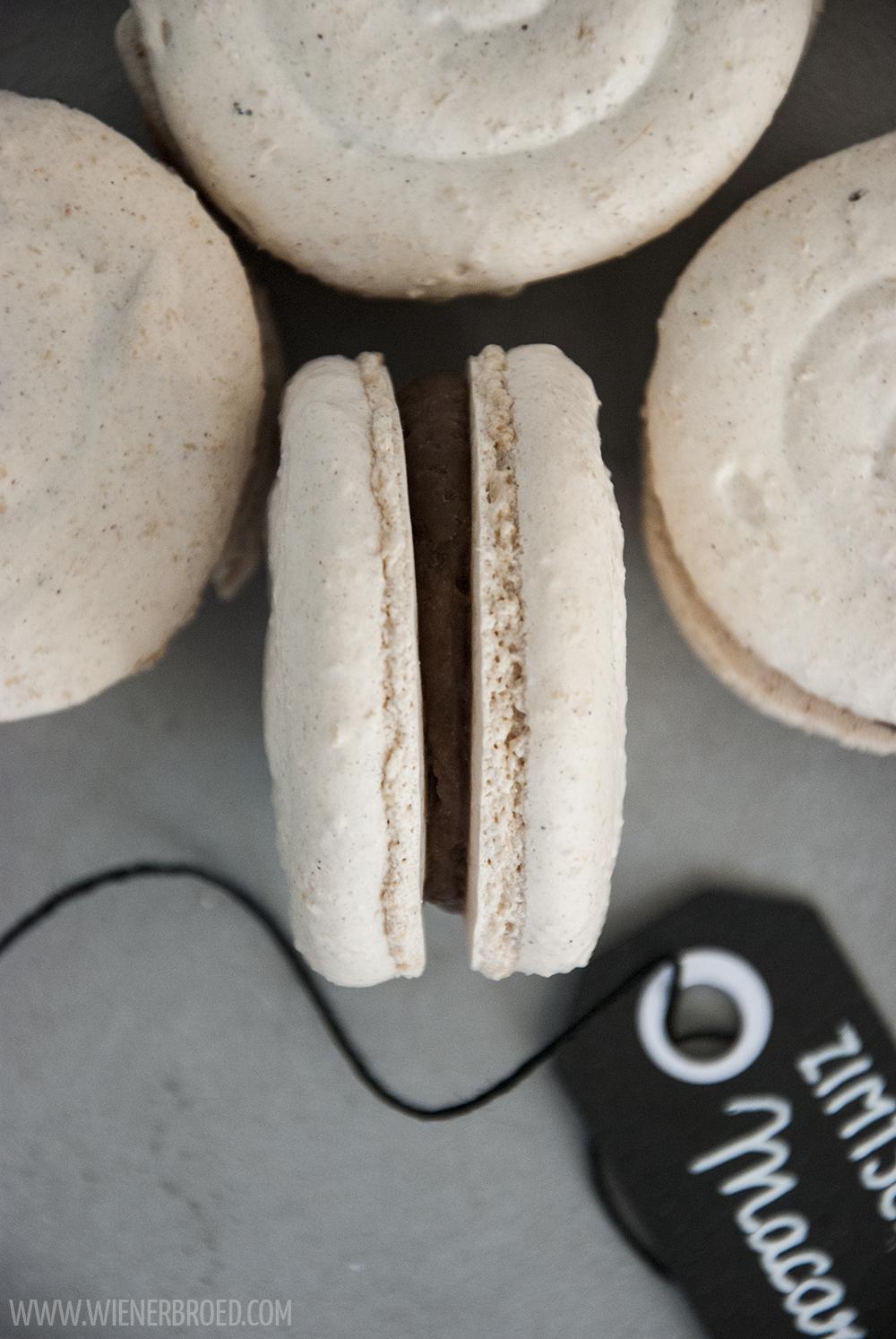 Rezept für Zimtschnecken-Macaron-Schnecken, das typisch nordische Gebäck in feinem französischen Mandel-Baiser-Gebäck / Cinnamon bun macarons [wienerbroed.com]