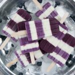Blaubeer-Limetten-Skyr-Eis, fruchtig-frisches Stieleis im Ringelkleid | Blueberry lime skyr popsicles, fruity fresh icecream in fancy blue white dress