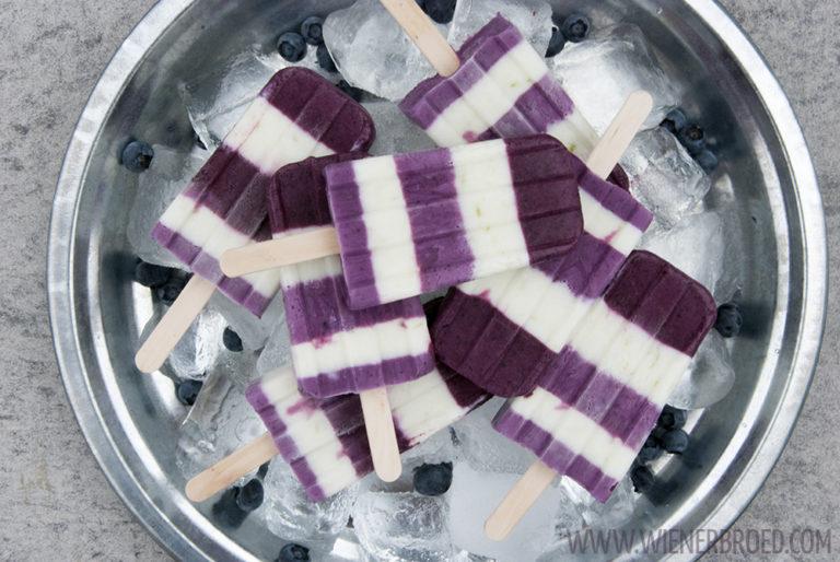 Blaubeer-Limetten-Skyr-Eis, fruchtig-frisches Stieleis im Ringelkleid | Blueberry lime skyr popsicles, fruity fresh icecream in fancy blue white dress