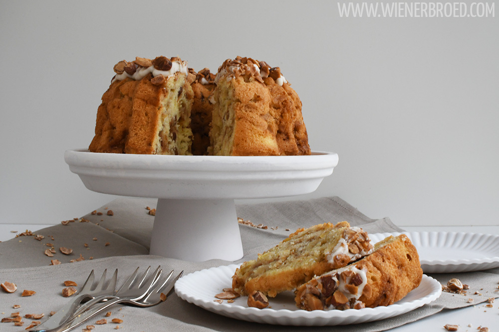 Apfel-Mandel-Gugelhupf / Apple almond bundt cake [wienerbroed.com] Herbstlicher Gugelhupf mit saftigen Apfelstückchen und gebrannten Mandeln / Autumnal bundt cake with juicy apple pieces and roasted almonds