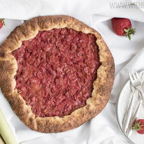 Erdbeer-Rhabarber-Galette, eine knusprig und fruchtig, einfach zu machenden Tarte / Strawberry rhubarb galette, a crispy and fruity simple to bake tartelette [wienerbroed.com]