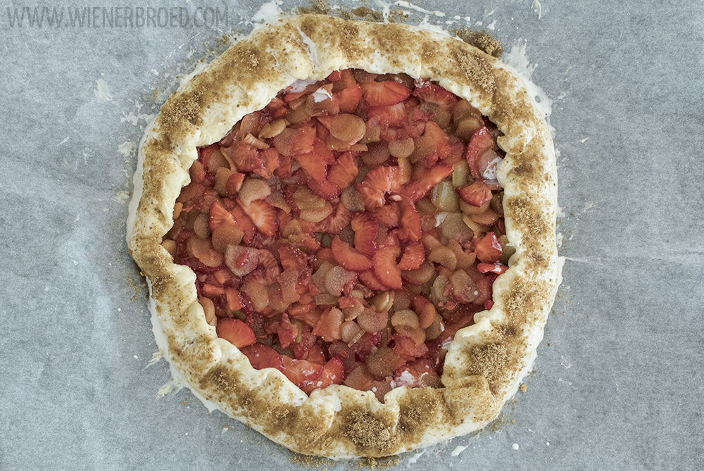 Erdbeer-Rhabarber-Galette, eine knusprig und fruchtig, einfach zu machenden Tarte / Strawberry rhubarb galette, a crispy and fruity simple to bake tartelette [wienerbroed.com]