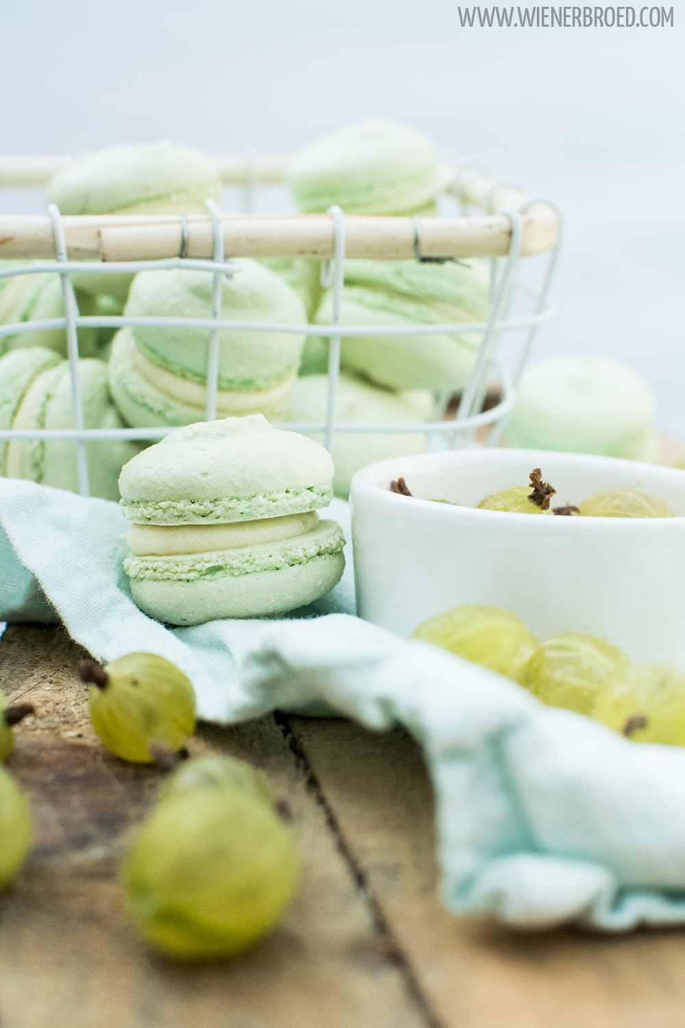 Stachelbeer-Macaron - Rezept für süß-saure Stachelbeer-Füllung in einem luftigen Macaron / Gooseberry macaron - Recipe for a sweet'n'sour gooseberry filling in a fluffy macaron [wienerbroed.com]