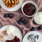 Bananen-Waffeln mit Zwetschgenröster, saftige und knusprige Waffeln mit leckerem Zwetschgen-Kompott / Banana waffles with plum compote [wienerbroed.com]