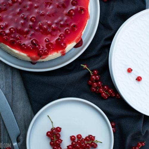 New York Style Cheesecake mit roten Johannisbeeren / New York style cheesecake with red currants [wienerbroed.com]