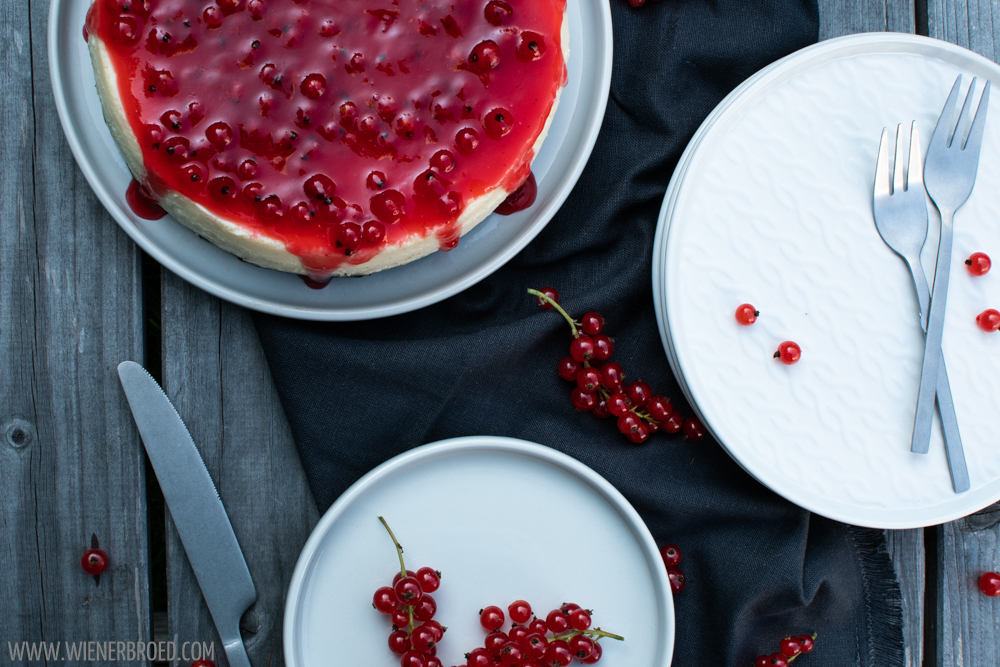 New York Style Cheesecake mit roten Johannisbeeren / New York style cheesecake with red currants [wienerbroed.com]