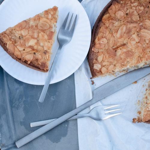 Tosca-Kuchen, skandinavischer Lieblingskuchen mit saftigem Biskuit und knusprigem Mandel-Karamell-Topping / Tosca cake, Scandinavian cake wiith moisty sponge cake and a almond caramel topping [wienerbroed.com]