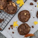 Triple Choc Cookie, saftige Cookies mit dreierlei Schokolade / Triple Choc Cookies, superchewy cookies with three kinds of chocolate [wienerbroed.com]