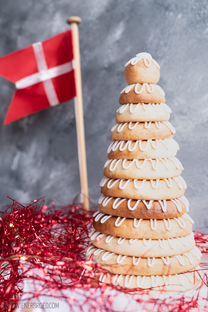 Kransekage, klassisches dänisches Marzipangebäck zu Silvester / Kransekage, classic Danish marcipan pastry, traditional for New Year's Eve [wienerbroed.com]