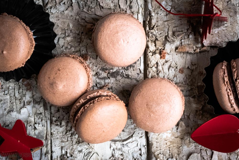 Lebkuchen-Macarons, zartes Baiser-Gebäck mit weihnachtlicher Schokoladen-Füllung / Gingerbread Macarons, crispy meringue with christmassy chocolate filling [wienerbroed.com]