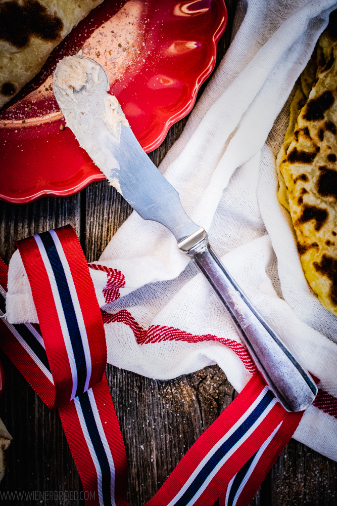 Lefse mit Zimtbutter - norwegische Spezialität aus Kartoffelteig mit einer Butter mit Zimt&Zucker / Lefse with cinnamon Butter, Norwegian speciality with potatoe dough filled with a Butter with sugar&cinnamon [wienerbroed.com]