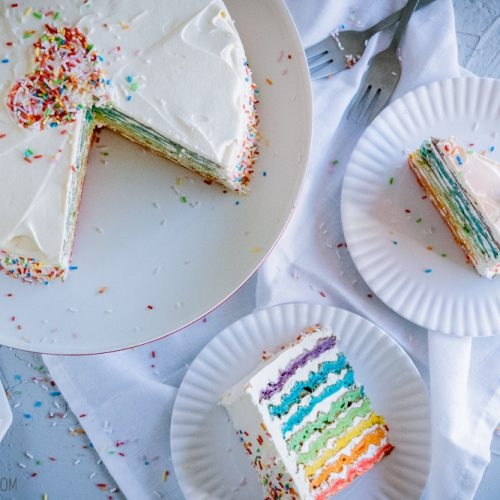 Regenbogen-Waffeltorte, fluffige Buskuitwaffeln mit Buttercreme mit weißer Schokolade / Rainbow waffle cake, fluffy sponge cake waffled with white chocolate buttercream [wienerbroed.com]