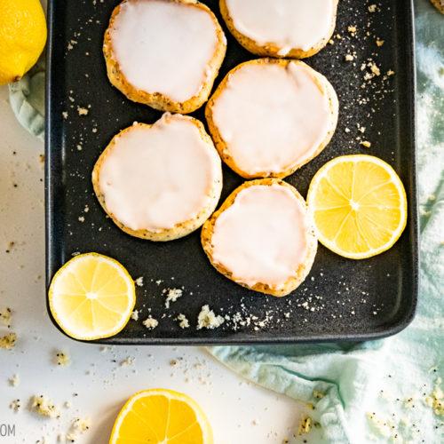 Zitronen-Mohn-Amerikaner, fluffige Amerikaner mit leckerem Mohn und säuerlicher Zitronen-Glasur / Big, fluffy cookies with Poppy feeds and sour lemon icing [wienerbroed.com]