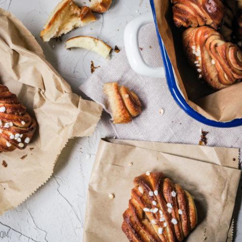 Korvapuusti, finnische Version der Zimtschnecken mit ordentlich Kardamom und besonderer Form / Korvapuusti, Finnish version of cinnamon buns with lots of cardamom and a special form [wienerbroed.com]