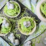 Schäfchen-Möhren-Cupcakes, saftige kleine Möhrenkuchen mit grasenden Schäfchen als Deko, nicht nur zu Ostern ein Hingucker / Sheep carot cupcakes, juicy small carot cakes with sheeps on top, not only for Easter [wienerbroed.com]