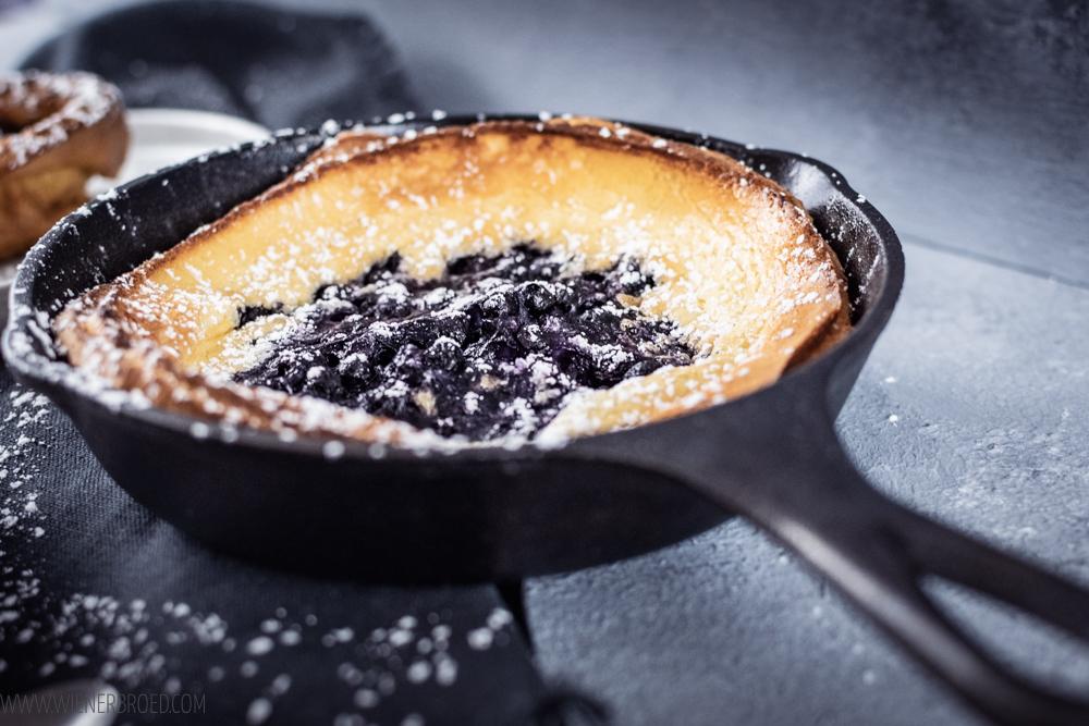 Blaubeer-Dutch Baby, fluffiger Ofenpfannkuchen mit Blaubeeren, der ratzfatz gemacht ist und perfekt zum Frühstück ist. / Blueberry Dutch Baby [wienerbroed.com]