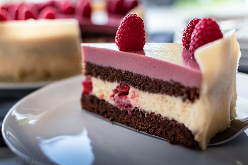 Lagkage, typisch dänischer Schichtkuchen mit Schokolade, Vanilleund Himbeeren. Ein Klassiker für Geburtstage oder Feiern / Lagkage, typical Danish layer cake with chokolate, vanilla and raspberries [wienerbroed.com]
