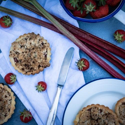 Erdbeer-Rhabarber-Tartelettes, knusprige Mürbeteig-Küchlein mit fruchrtiger Erdbeer-Rhabarber-Füllung und knusprigen Streuseln / Strawberry rhubarb tartelettes, crispy mini pie tartes with fruity strawberry rhubarb filling and very crispy streusel [wienerbroed.com]